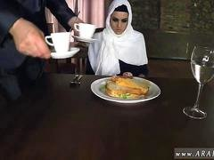 Belle arabe Hungry Woman Gets Food and Fuck