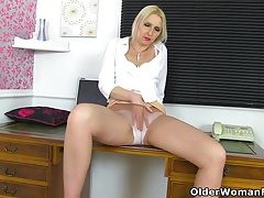 British milf Tracey Lain stretches her arse with a dildo
