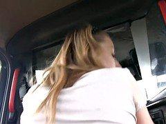 Sexy babe gets screwed by fraud driver in the backseat
