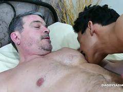 A hunk is getting scored in his tight anal hole by a well endowed twink