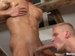 A queer lets his tanned BF fuck his butt from behind