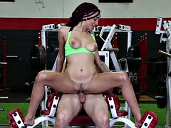 Slender chocolate beauty gets work her quim good in the gym