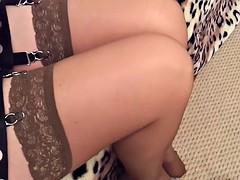 Gambe in calze marrone e piedi in ciabatte rosa