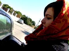 Sabia Memoun suce dans la voiture
