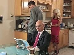 Blondine, Betrug, Schmutzig, Familie, Küche, Milf, Stiefmutter, Ehefrau
