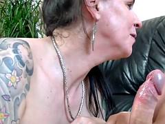 Enthousiasteling, Mooie dikke vrouwen, Pijpbeurt, Sperma shot, Rijpe lesbienne