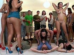 Grosse titten, Gesichtssitzen, Orgie, Strapon