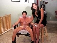 Homme nu et filles habillées, Branlette thaïlandaise, Orgasme