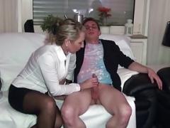 Geile Deutsche Soccer mom hilft paar beim Sex mit einem Dreier