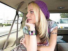 Blond, Auto, Schattig, Sperma in gezicht, Realiteit, Mager, Tatoeage, Tieten likken