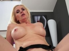 A blonde that enjoys the smell of cum is getting semen in her mouth