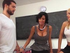 Teacher gives a lesson in how to make a sexy girl squirt