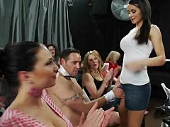 Amateur, Brunette brune, Homme nu et filles habillées, Club, Groupe, Hard, Mère que j'aimerais baiser, Public