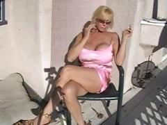 Abuelita, Fumando