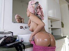 Badkamer, Schattig, Pop, Europees, Dik, Moeder die ik wil neuken, Tatoeage, Tieten likken