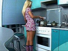 18, ドレス, 指いじり, キッチン, パンティ, 一人, ストリップ, いじめ