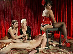 Homme nu et filles habillées, Domination, Face assise, Femme dominatrice, Groupe, Branlette thaïlandaise, Maîtresse, Jarretelles