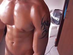 Hot muscle hunk jerks off on cam!