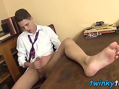 Blue eyed twink Will Simon jerking off on his sexy feet