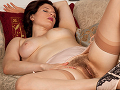Lusty MILF Brianna Green Flick Her Hairy Slit