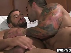 Tattoo bodybuilder blowjob with cumshot