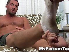 Muscular stud stuffs deviant fetishist mouth with feet