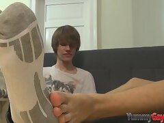 Twink gets toes sucked and soles jizzed